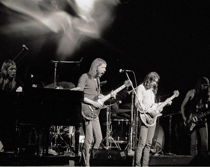 allman-brothers-on-stage-1971
